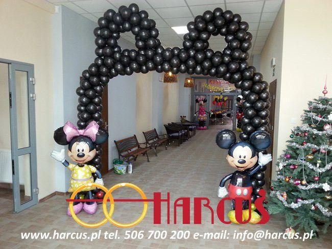 Brama w kształcie uszu i figurki Myszki Mickey i Minnie
