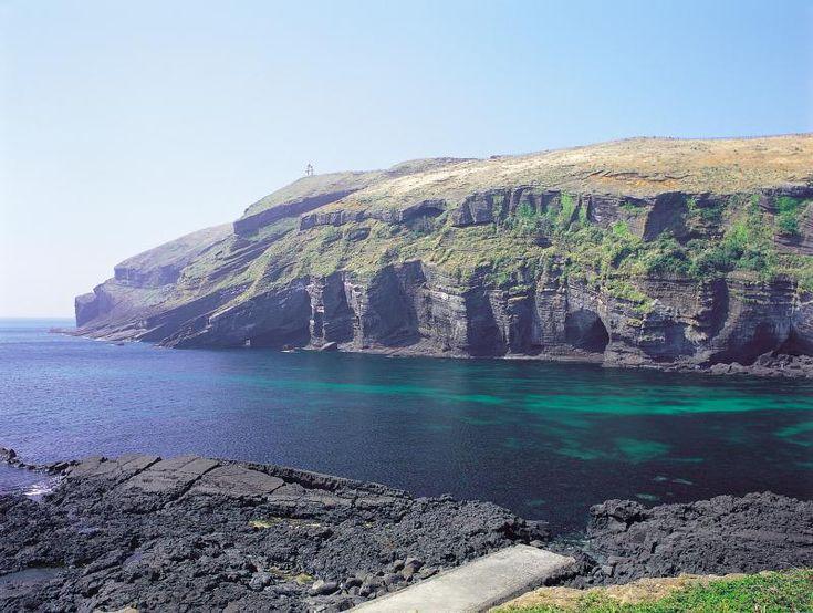 [#바다여행] 짙푸른 태평양 바다와 검은 모래가 조화를 이루고 있는 #제주 #검멀레해변 은 #우도의 숨은 비경인데요! 썰물 때가 되면 숨어있던 동굴을 만날 수 있대요 #그_이름_콧구멍동굴