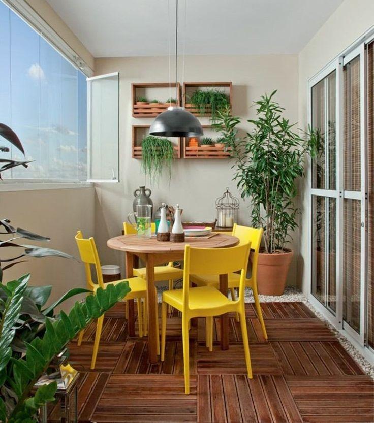 aménagement balcon avec table en bois ronde et chaises jaunes