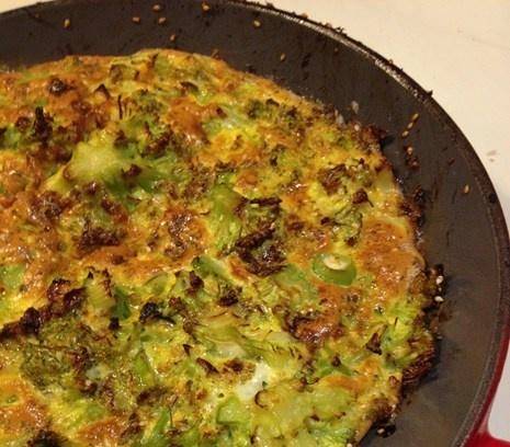 Meergranenrijst met frittata van broccoli en sesamzaad, heerlijk met een zelfgemaakte cashewnotensaus. #recept #hoofdgerecht #vegetarisch