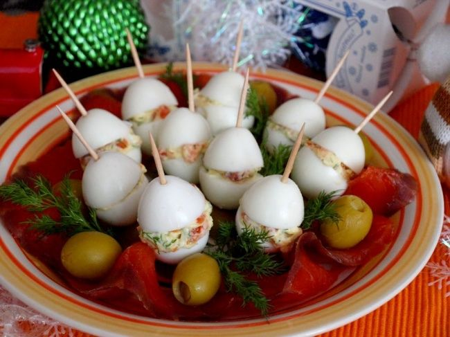 Фаршированные перепелиные яйца с семгой. 9 обалденных закусок для новогоднего стола