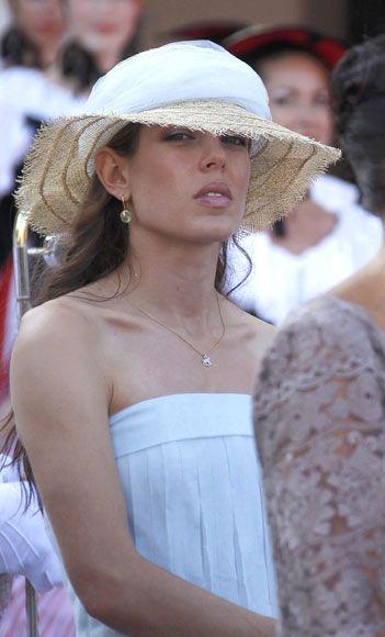 Las joyas de Carlota Casiraghi En la boda civil de su tío, Alberto de Mónaco, llevó un colgante de la firma italiana Dodo y unos pendientes de de oro rosa y prehnita, de la colección Veleno de Pomellato