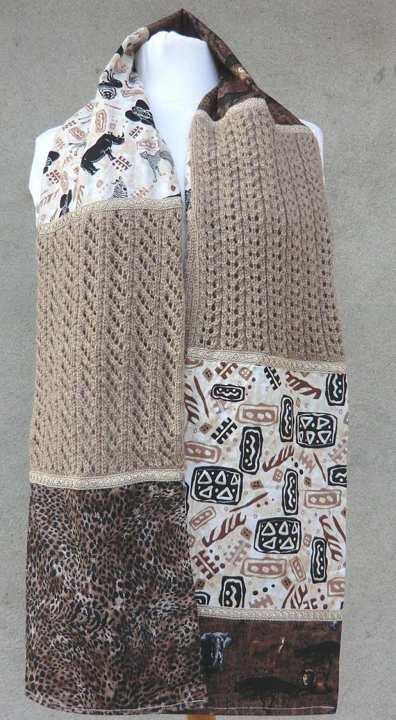 Écharpe / Étole Fantaisie Une belle idée de cadeau original et unique, à offrir et à soffrir..  Pour Femme Création personnelle Modèle unique et original Association de 3 matières: Tissu, Laine et Galon de passementerie Longueur 180cm, Largeur 23cm Modèle réalisé à la main en patchwork de jolis tissus imprimés, sur le thème Savane Africaine Lécharpe est constituée de 5 tissus différents - Tissu 100% coton Les rectangles en laine sont tricotés en points fantaisie ajourés: Jours en biais e...