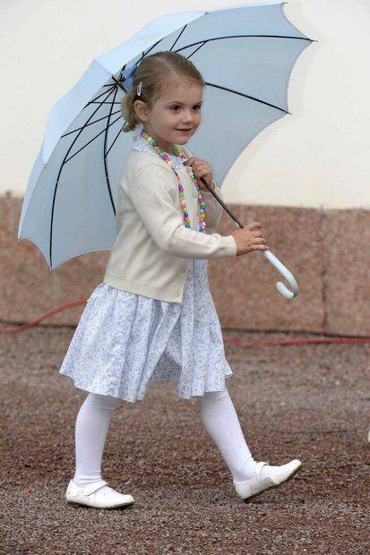 Prinzessin Victoria + Prinz Daniel: 14. Juli 2015 Prinzessin Estelle feiert natürlich mit - und hat ihren blauen Schirm dabei. Mit großen Schritten stapft sie Richtung Park.