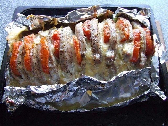 Мясо 'Гармошка' - вкуснятина неописуемая! Ингредиенты: мясо мякоть (свинина/говядина)- 1 кг (+-) помидор- 2 шт сыр твердый- 200 гр чеснок- 3 зубчика Маринад: лимонный сок- 1 ст.л соевый соус- 2-3 ст.л горчица- 1 ст.л оливковое или растительное масло- 2 ст.л Приготовление: 1.Выбрать ровный (прямоугольный), плотный кусок мяса (как на буженину). На мясе сделать поперечные надрезы, не дорезая до конца. 2.Смешать компоненты для маринада и смазать мясо со всех сторон и в надрезах, по вкусу посолит