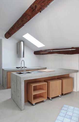 storage bins under the bar! Cuisine sous les toits avec plan de travail en béton