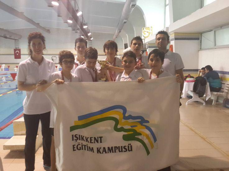 lsancak Kapalı Yüzme Havuzu'nda gerçekleştirilen İzmir Okullar Arası İl Müsabakaları'nda okulumuzu Eflatun Aksoy, Yunus Aksoy, Osman Özçakar, Bora Sunucu, İbrahim Koç, Poyraz Yapalı ve Ege Aktuğlu temsil etti. Yarışlarda Osman Özçakar 100m sırtüstünde 4.lük, Yunus, Bora, Eflatun ve Osman'dan oluşan bayrak takımımız 4x200m serbest bayrakta 3.lük, 4x100m serbest ve 4x100m karışık bayrakta 4.lük madalyası kazan