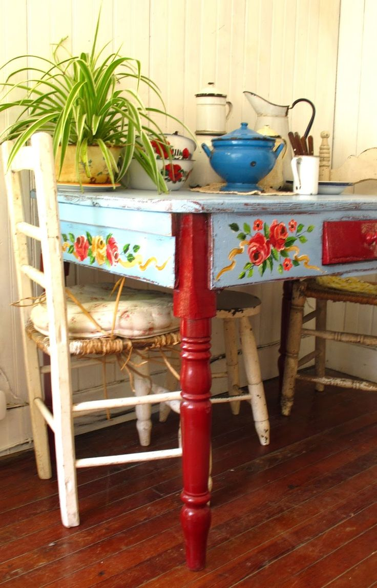 LAS VIDALAS Beautiful folk-art inspired furniture, styling.....super fun project with girls' desks, use paint already have, mod pod flowers