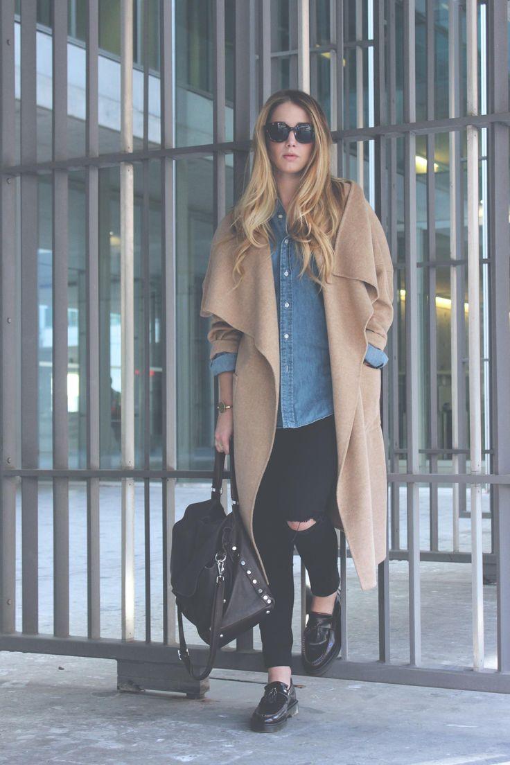 Bocconi…  un cappotto cammello e una postina! Acquistala su store.zanellato.com!