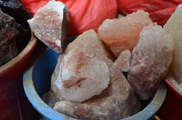 Приблизительно 200-250 млн лет назад встретились два материка: современная Индия и верхний кусочек Евразии, вследствие чего через некоторое время образовались самые высокие горы в мире — Гималаи. А залежи соли, которые раньше были океаном, вследствие движений земной коры всё больше выбрасывались ближе к поверхности, попутно смешиваясь с магмой и, таким образом, обогащаясь различными микроэлементами. Вот почему гималайская соль имеет розовый цвет и запах тухлых яиц, а также является одной из…