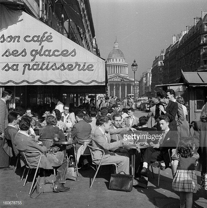 Terrasse de café au coin du boulevard Saint-Michel et de la rue Soufflot, vers 1955. Une photo de © Walter Carone  (Paris 5ème)