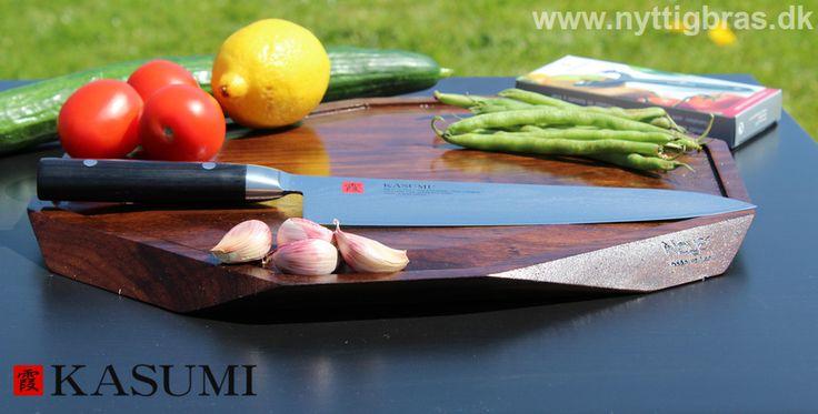 Kasumi Japansk Kokkekniv på et håndlavet skærebræt i amerikansk valnøddetræ fra danske Noyer - Yin og Yang i perfekt harmoni!  Kig forbi: www.nyttigbras.dk  #danmark #inspiration #mad #madlavning #helse #københavn #sjælland #jylland #noyer #kasumi #salat #camping #fritid #madglad #hobby #køkkengrej #madopskrifter #sundhed #træning #løb #kokkekniv #skærebræt #design #grill #opskrifter