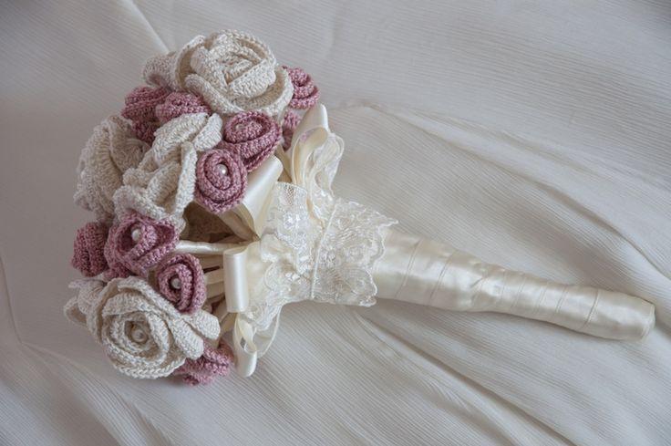 Come realizzare un bouquet da sposa con fiori all'uncinetto in stile shabby chic. Il bouquet è fatto con rose all'uncinetto, perle swarovski, pizzo e raso