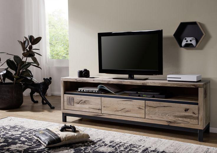 TV-Board der Reihe VILLANDERS. Gefertigt aus Wildeichenholz mit Wuchsrissen, eingerieben mit natürlichen Ölen. Ein Möbelstück in modernen Design für stilvolles Ambiente. #möbel #möbelstücke  #wohnzimmer  #eiche  #holz #echtholz #massivholz #wood #wooddesign #woodwork #homeinterior #interiordesign #homedecor #decor #einrichtung #furniture #storage #livingroom #livingroomideas #einrichtung #furniture #ideas #tv #tvboard #fernsehboard #fernsehmöbel