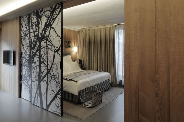Awesome-Hotel-Interior-in-Bedroom-with-Wooden-Sliding-Door-Design-with-Natural-Artistic-Decoration-Ideas-for-Home-Inspiration.jpg (1600×1067)