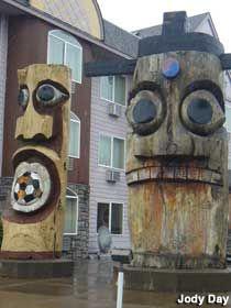 Lincoln City, Oregon: Easter Island Totem Poles