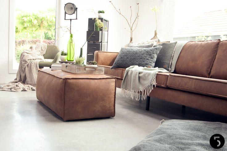 NIEUW | Stoere meubels en stijlvolle accessoires.  Een robuuste leren bank op een industriële betonnen vloer. Door frisse groentinten en warme grijstonen in verschillende structuren te combineren met deze pure materialen, creëerden we een stoere maar huiselijke sfeer.  De meubels en woonaccessoires zijn nu ook te verkrijgen in onze showroom. Naast badkamers en keukens denken wij graag mee met jullie voor een compleet interieuradvies.