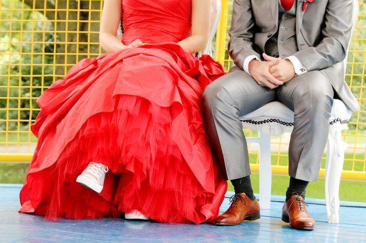 Rode trouwjurk met grijze Allstars