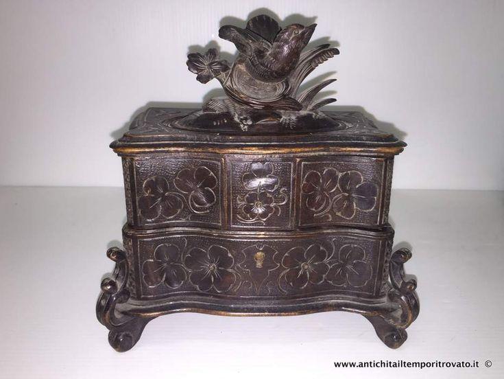 Oggettistica d`epoca - Scatole varie Portagioielli con uccellino scolpito - Antico portagioie in legno con trifogli incisi Immagine n°1