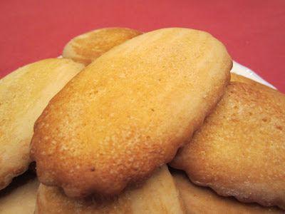 """Volete un consiglio per una sana e genuina colazione? Ecco qui dei biscotti casarecci appena sfornati, buoni, fragranti e genuini. Ho poco tempo da poter dedicare ma vi invito a prepararli perchè sicuramente i vostri bambini, una volta assaggiati non potranno piu' farne a meno. Vi lascio la ricetta e scappo. Biscotti caserecci Ingredienti per 40 biscotti. 500 g di farina (io ho usato """"00"""" Granoro) 130 g di zucchero a velo 80 g di olio extravergine di oliva 60 g di latte intero 2 uova 1 ..."""