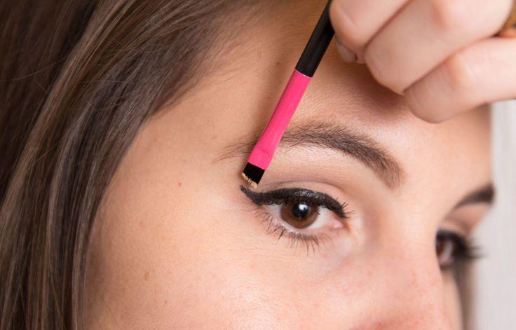 Affila il tuo eyeliner da cat lady con il correttore e copri eventuali errori di applicazione con un pennello angolato