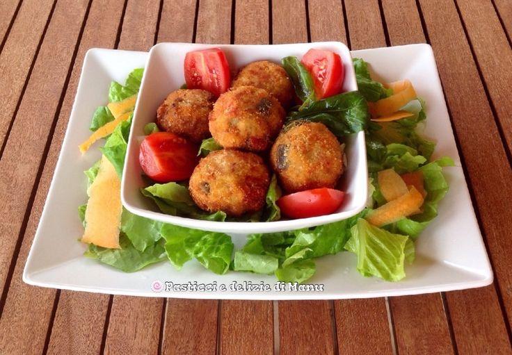 Le polpette di melanzane e pinoli sono un piatto sfizioso di facile preparazione, un idea che può tornarvi utile se dovete preparare veloci finger food.