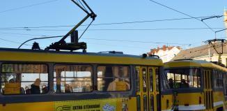 Kolaps tramvají v Plzni. Sražená školačka, nehoda dvou aut a nevolnost cestující