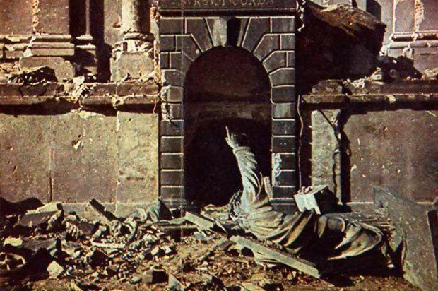 Zrzucony z cokołu Chrystus sprzed kościoła Św. Krzyża. Kadr z filmu złożonego ze zdjęć Warszawy, przygotowanego przez Fundację Warszawa1939