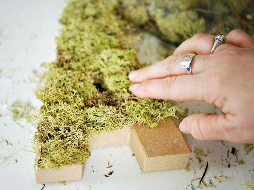 Letras decorativas de papel mache cubiertas con musgo
