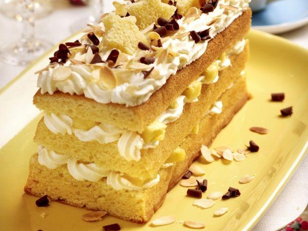 zelf een cake bakken zodat deze lactose vrij is. room vervangen door lactose vrije room en chocolade schilfers van pure chocolade of van rijstmelk. en zo heb je een lactose vrije kerstbuche!