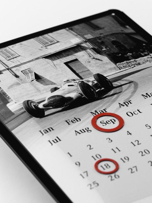 Calendario, nero/bianco, lamiera bombata, motivo in bianco e nero della Freccia d'Argento W154 del 1938, auto da corsa incisa, 2 calamite rosse circolari per segnare la data, logo Classic stampato.