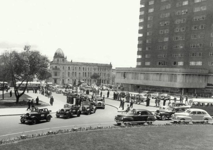 Desfile de carros antiguos frente al Hotel Tequendama, a comienzos de los años 50s
