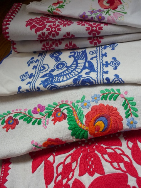 embroidered textiles ( Hungarian)