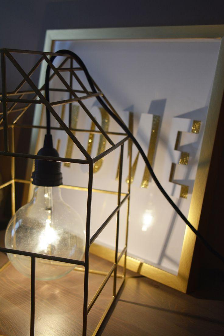Lampe de chevet house doctor avec cadre doré home sur une table de nuit de la chambre