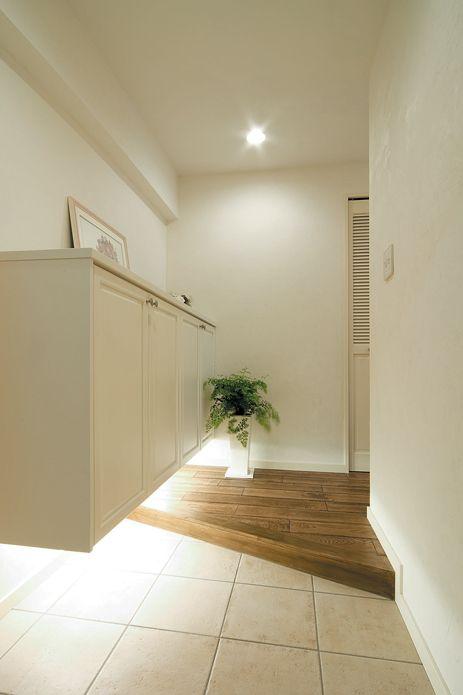 玄関框を斜めにカットし、土間には大判タイルを敷き大きな面で見せている玄関。【リノベ暮らしな人々25】
