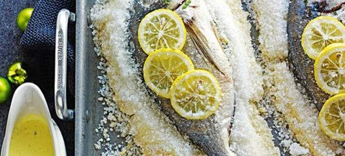 Εύκολο ψητό ψάρι τυλιγμένο στο αλάτι