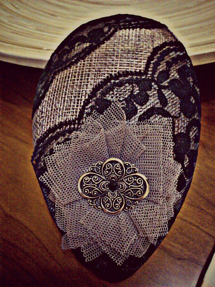 Tocado hecho a mano, con base de rafia en forma de lágrima, combinado de tul, puntilla y adorno vintage con un pequeño strass negro en el centro