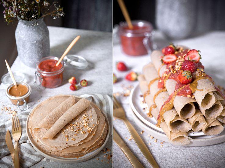 Pfannkuchen aus Buchweizen mit Erdbeeren und Rhabarber