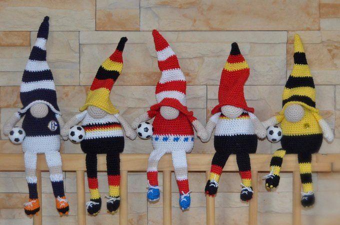 Häkelanleitung Kantenhocker Fußballwichtel Bundesliga oder WM 10-seitige PDF Datei mit vielen Bildern und übersichtlich gestalteter Schritt-für-Schritt-Anleitung Die Bundesliga ist in vollem Gange, die Fußballweltmeisterschaft 2018 steht in den Star