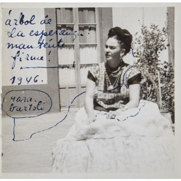 25 ранее неопубликованных писем к возлюбленному — донельзя нежных и откровенных, как и ее картины, на днях продали на нью-йоркском аукционе. Кто был их адресатом и в чем она тайком признавалась ему — не подсмотреть просто невозможно!