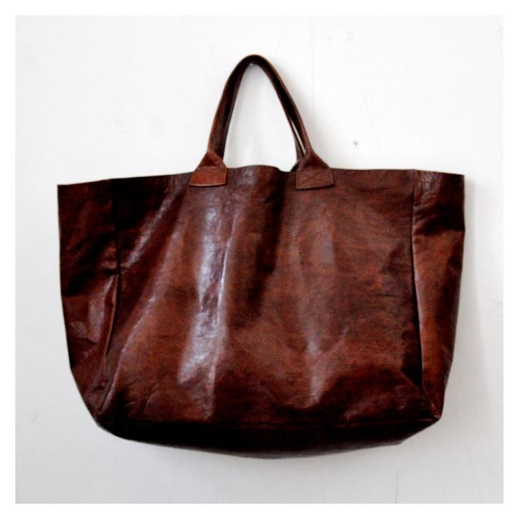 cabas en cuir marron, forme allongée - le vestiaire de jeanne