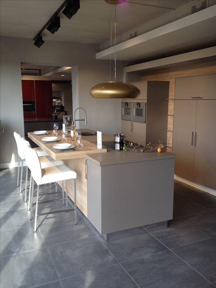 Moderne eiland keuken | Samen koken, kletsen en eten | Leefkeuken | Design afzuigkap |. Ga voor keukeninspiratie naar: www.keukenstudiostoof.nl