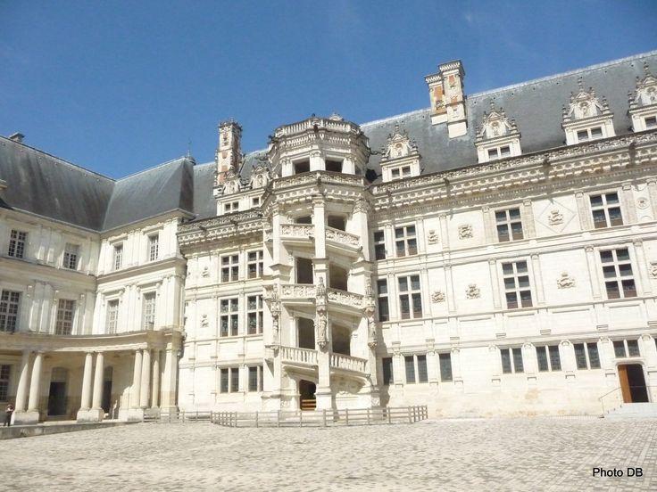 Le Château Royal de Blois présente un panorama de l'art et de l'histoire des châteaux de la Loire.   Il réunit autour d'une même cour un panorama de l'architecture française depuis le Moyen Âge jusqu'à l'époque classique. Il est la résidence favorite des rois de France à la Renaissance, et évoque, par sa diversité de styles, le destin de 7 rois et de 10 reines de France.  Le Château Royal de Blois est riche de plus de 35,000 meubles, objets, œuvres et collections.  Drames, manigances et jeux…