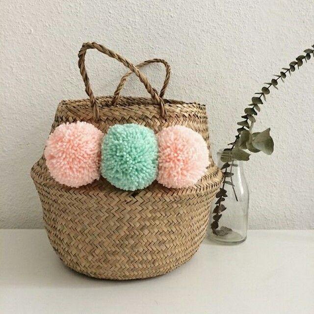I cesti possono essere personalizzati aggiungendo delle applicazioni come dei pon-pon clorati. I toni pastelli sono bellissimi abbinati col colore neutro del cesto