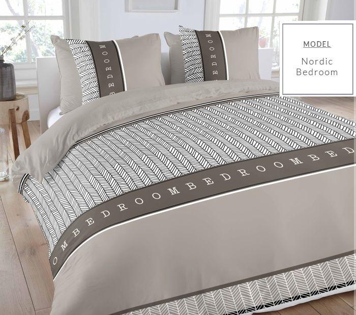 Beżowe kołdry i pościele holenderskie z napisem bedroom