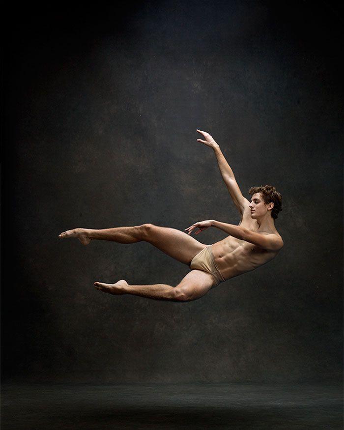 """O fotógrafo Ken Browar e a dançarina/fotógrafa Deborah Ory resolveram criar o projeto """"The Art of Movement"""". Para tal, eles uniram diversas fotografias de dançarinos em momentos de maior esplendor e leveza no livro """"NYC Dance Project"""" No retrato vemos dançarinos do American Ballet Theatre, assim como outros diversos de toda a comunidade de dança (...)"""