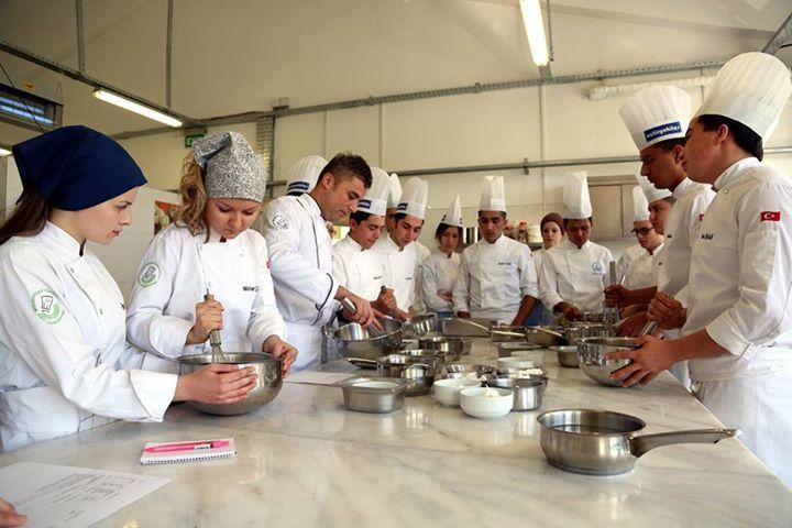 """""""Mengen dünya mutfaklarına şef yetiştiriyor"""" Aşçılar diyarı Bolu'nun Mengen ilçesinde bulunan Abant İzzet Baysal üniversitesi (aibü) Mengen Aşçılık Meslek Yüksekokulu, dünya mutfaklarına aşçı """"ihraç ediyor"""".  Okulda okuyan öğrenciler, uygulama eğitiminde öğretim görevlileri gözetiminde Türk, ve dünya mutfaklarının yemeklerini yapıyor."""