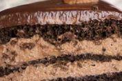 Seguro, que este delicioso pastel te encantará. Para prepararla no hay que usar ni un horno. En bizcocho hacen en sorten. Este mil hojas con la crema suave y ganache de chocolate es una maravilla. En este tutorial puedes ver como cocinar el pastel paso a paso.    Ingredientes  Masa: + 3/4 de