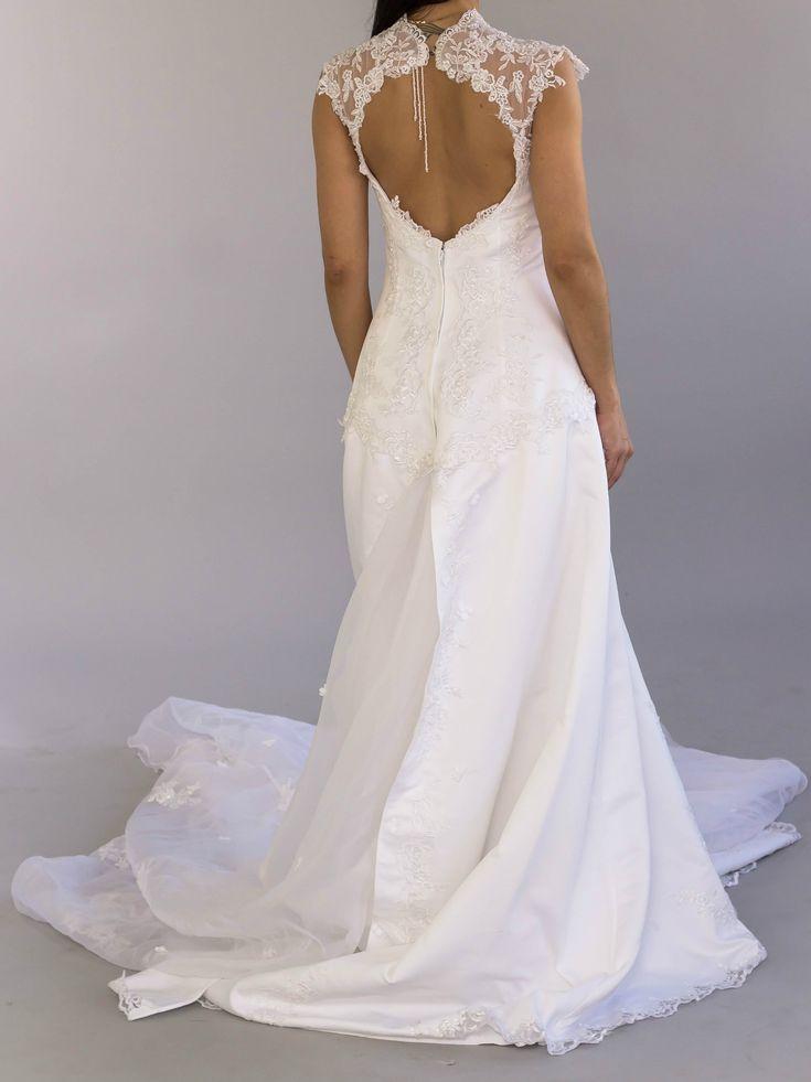 Romantic Vintage Flower Ivory Wedding Dress by Pronuptia (French Design). ⚜️ Selling price: £ 250.00⚜️ Worldwide Shipping 🌍 #weddingfashion #weddingdress #bridaldress #bridalgown #weddingdresssale #ivoryweddingdress #vintageweddingdress#dreamwedding #bride