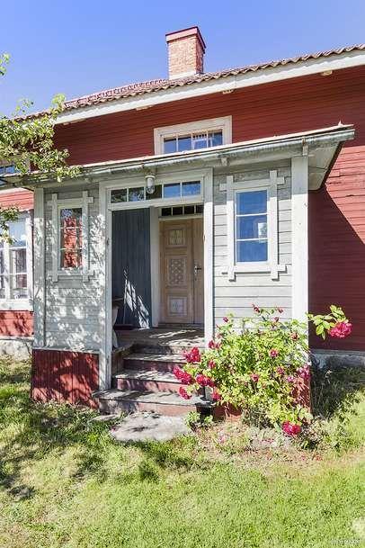 Originalmålningar, trägolv och kakelugnar – vacker dalagård utanför Rättvik kan bli din